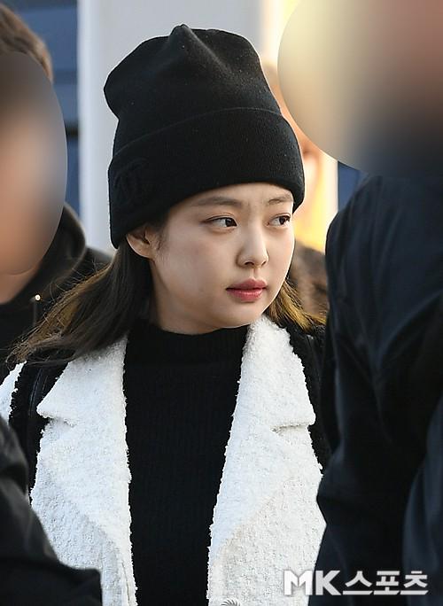 Lộ diện sau phốt lộ Facebook tục tĩu, Jennie liên tục cúi gằm mặt, Black Pink buồn bã và mệt mỏi tại sân bay - Ảnh 9.