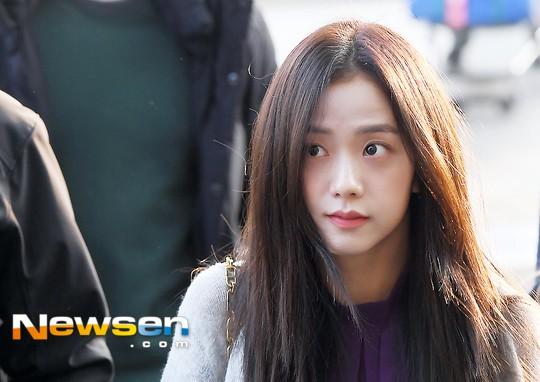 Lộ diện sau phốt lộ Facebook tục tĩu, Jennie liên tục cúi gằm mặt, Black Pink buồn bã và mệt mỏi tại sân bay - Ảnh 17.