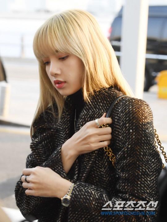 Lộ diện sau phốt lộ Facebook tục tĩu, Jennie liên tục cúi gằm mặt, Black Pink buồn bã và mệt mỏi tại sân bay - Ảnh 13.