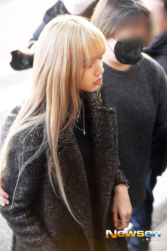 Lộ diện sau phốt lộ Facebook tục tĩu, Jennie liên tục cúi gằm mặt, Black Pink buồn bã và mệt mỏi tại sân bay - Ảnh 12.
