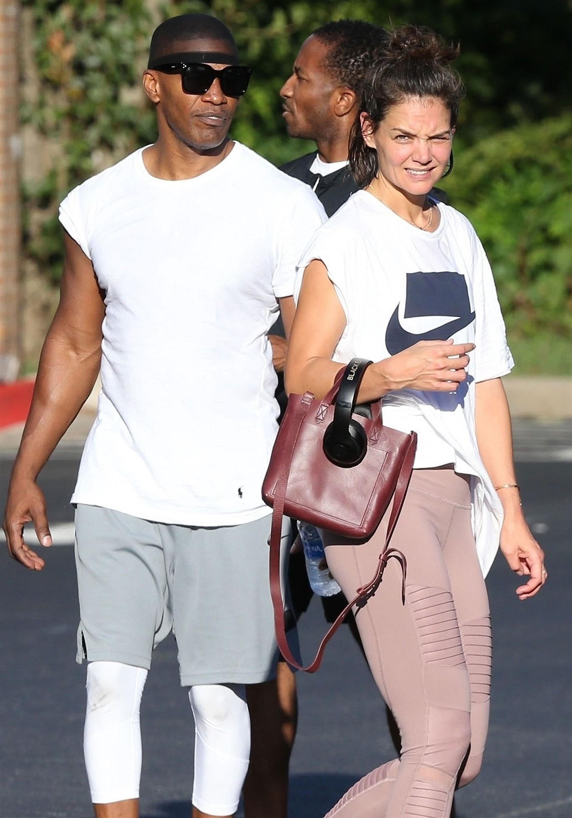 Katie Holmes nổi cơn ghen tam bành vì bạn trai Jamie Foxx thân thiết bên Hoa hậu Hoàn vũ nóng bỏng? - Ảnh 4.