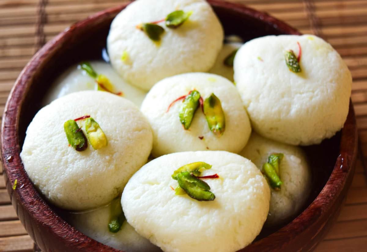 Rasgulla (bánh bao kèm pho mát và si-rô đường)