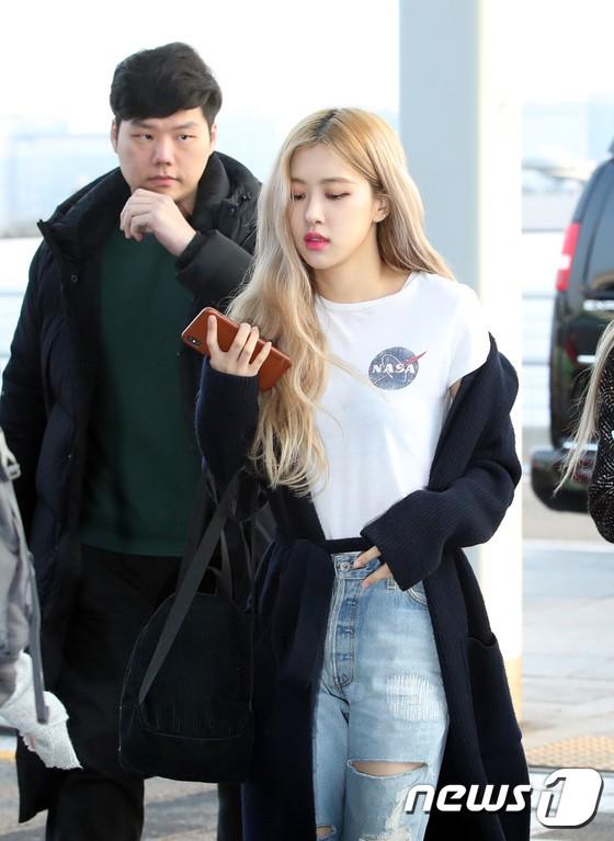 Lộ diện sau phốt lộ Facebook tục tĩu, Jennie liên tục cúi gằm mặt, Black Pink buồn bã và mệt mỏi tại sân bay - Ảnh 19.