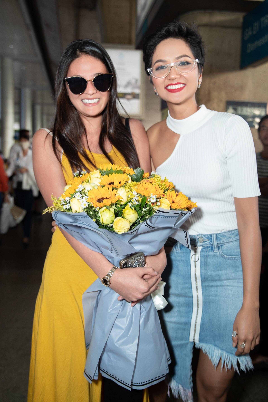 HHen Niê đón Miss Universe Nhật Bản từng gây sốt với quốc phục thuỷ thủ mặt trăng đến thăm Việt Nam - Ảnh 1.