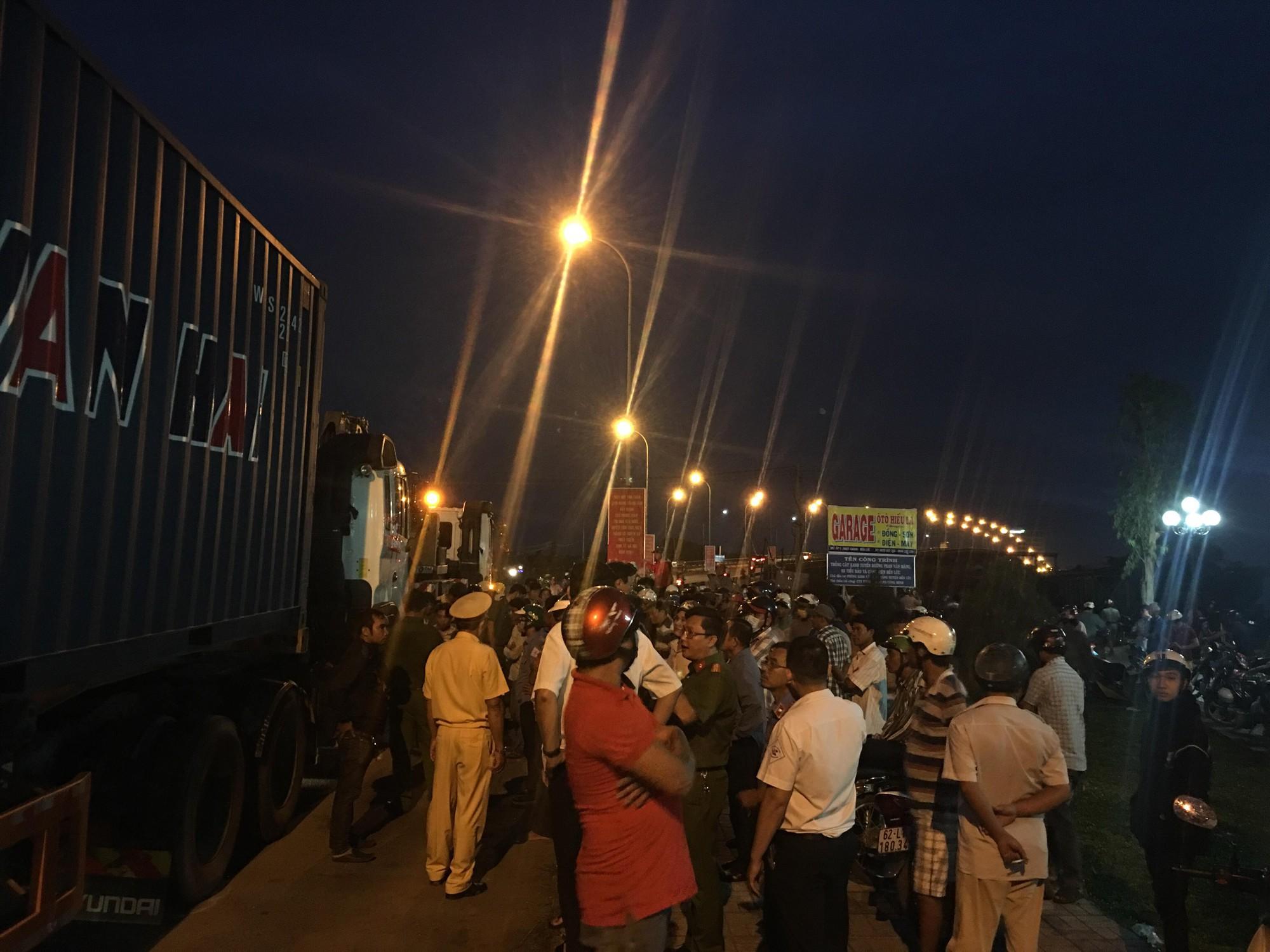 Long An: Container tông hàng chục xe máy dừng đèn đỏ, nhiều người chết và bị thương nằm la liệt trên đường - Ảnh 13.