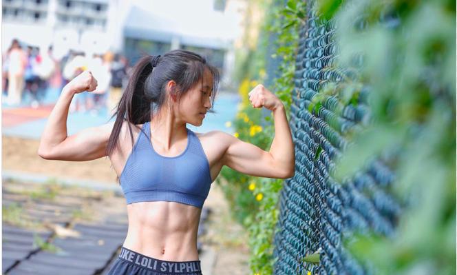 Tự tập không đến phòng gym, nữ sinh chỉ nặng 37kg sở hữu cơ bắp cuồn cuộn khiến cánh mày râu xấu hổ - Ảnh 1.