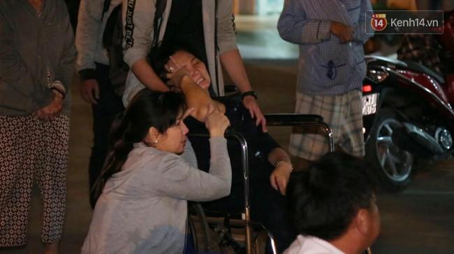 Người thân các nạn nhân tử vong trong vụ tai nạn kinh hoàng ở Long An khóc ngất tại bệnh viện: Con ơi, sao bỏ bố mẹ mà đi... - Ảnh 4.