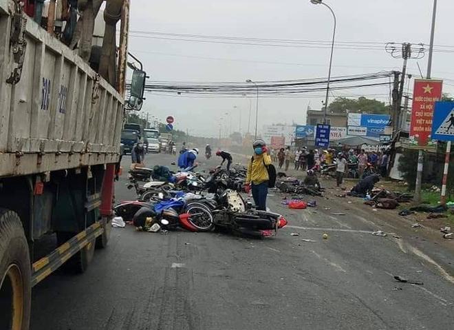 Long An: Container tông hàng chục xe máy dừng đèn đỏ, nhiều người chết và bị thương nằm la liệt trên đường - Ảnh 1.