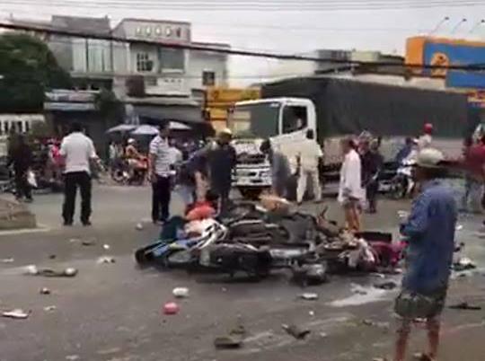 Long An: Container tông hàng chục xe máy dừng đèn đỏ, nhiều người chết và bị thương nằm la liệt trên đường - Ảnh 6.