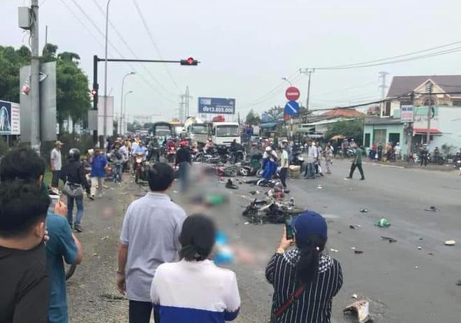 Long An: Container tông hàng chục xe máy dừng đèn đỏ, nhiều người chết và bị thương nằm la liệt trên đường - Ảnh 8.