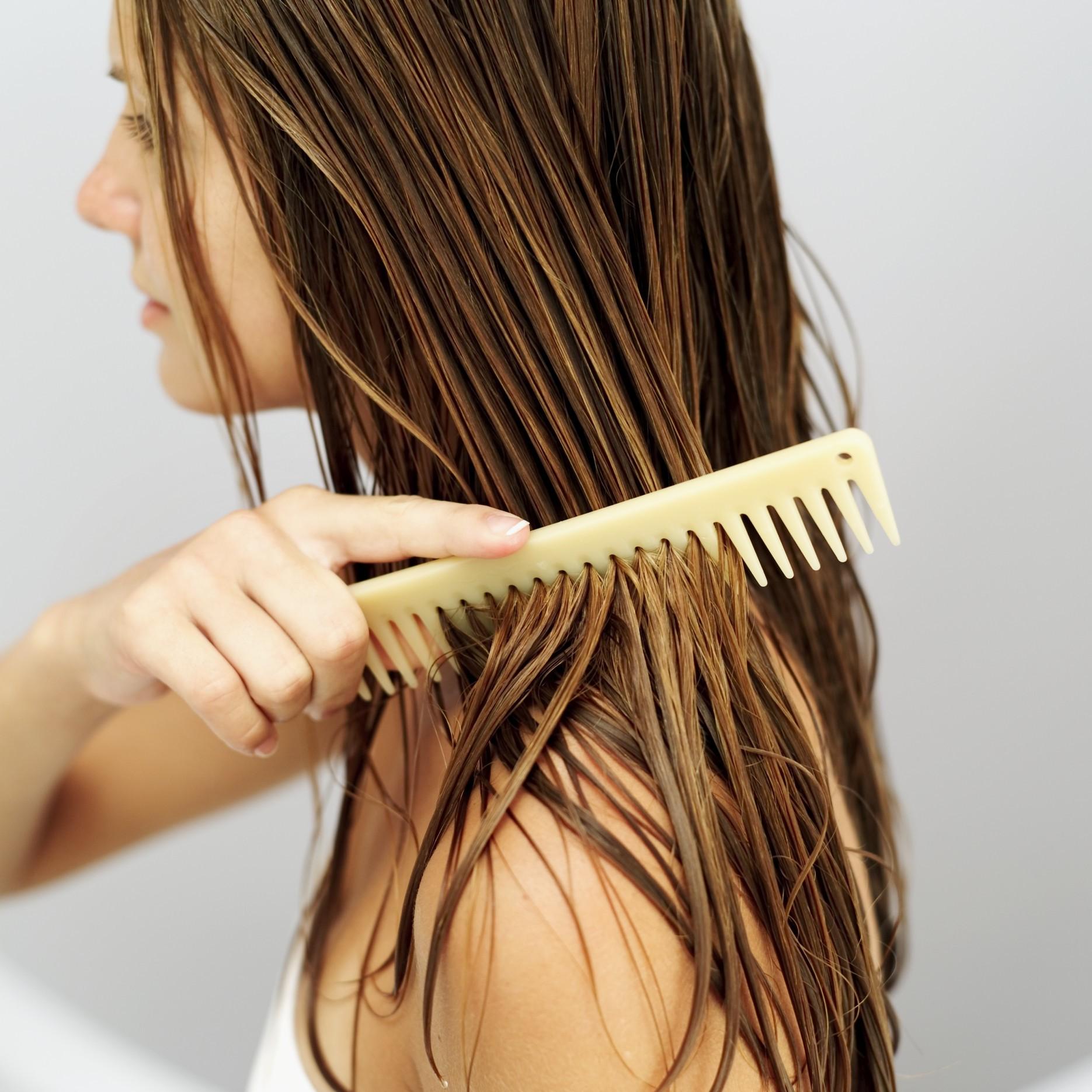 Chăm tắm gội mà đầu vẫn đầy gàu có thể là do một trong những thói quen sau - Ảnh 1.