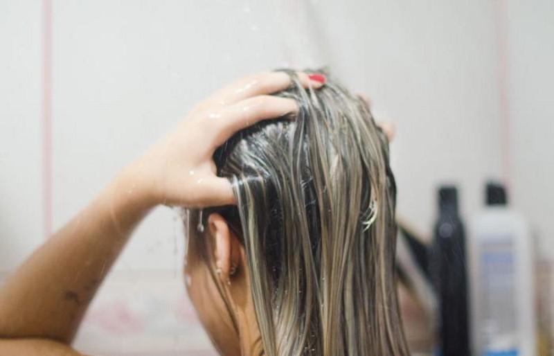 Chăm tắm gội mà đầu vẫn đầy gàu có thể là do một trong những thói quen sau - Ảnh 3.