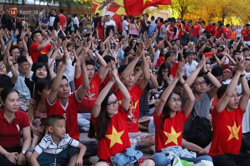 Hàng triệu CĐV vỡ òa khi ĐT Việt Nam giành chiến thắng trên loạt sút luân lưu, tiến thẳng vào tứ kết Asian Cup 2019 - Ảnh 1.