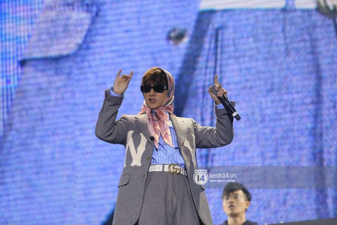 Sơn Tùng M-TP chịu chơi diện style bà ngoại lên sân khấu, đúng là fan chỉ chú ý mỗi... cái khăn trùm đầu - Ảnh 4.