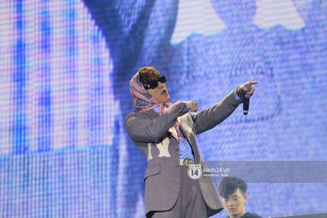 Sơn Tùng M-TP chịu chơi diện style bà ngoại lên sân khấu, đúng là fan chỉ chú ý mỗi... cái khăn trùm đầu - Ảnh 5.