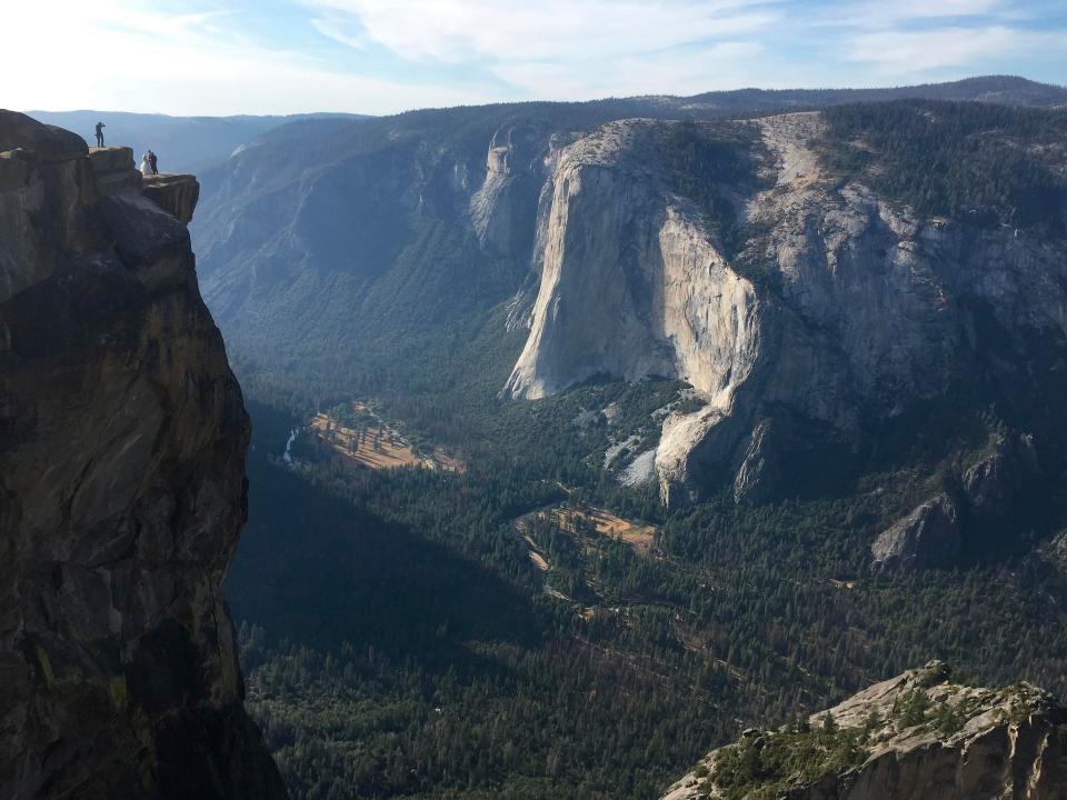 Cố chụp ảnh tự sướng trên vách đá dựng đứng, vợ chồng Travel Blogger rơi xuống vực chết thảm - Ảnh 1.