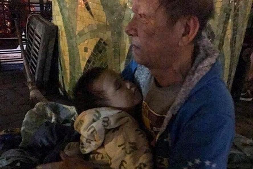 Cụ ông 72 tuổi bế cháu 3 tuổi ngủ gầm cầu: Trung tâm bảo trợ tiếp nhận - Ảnh 1.
