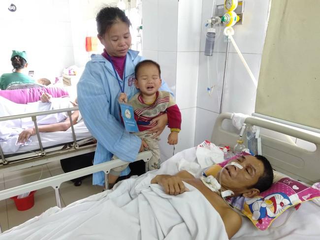 Nghệ An: Con trai 2 tuổi sợ hãi khóc thét sau 2 tháng gặp lại bố bị tai nạn giao thông - Ảnh 1.