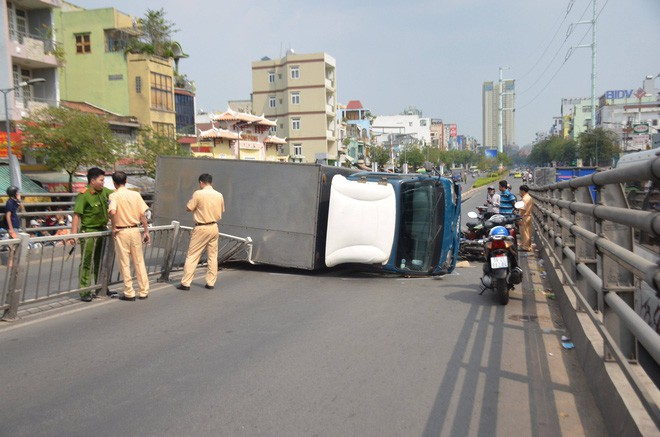 TP. HCM: Xe tải lật ngang trên cầu vượt trúng 2 xe máy, 3 người bị thương - Ảnh 2.