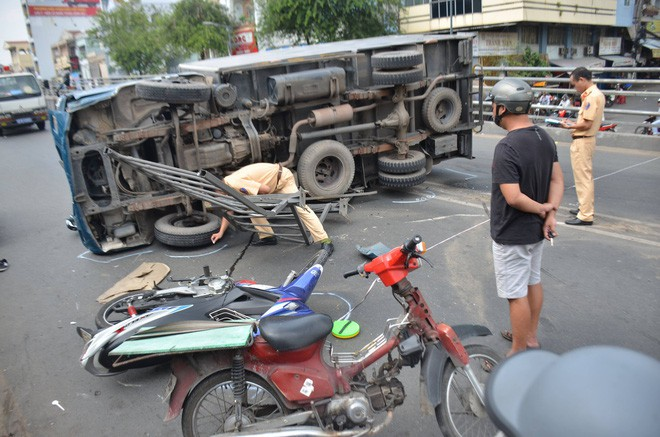 TP. HCM: Xe tải lật ngang trên cầu vượt trúng 2 xe máy, 3 người bị thương - Ảnh 3.