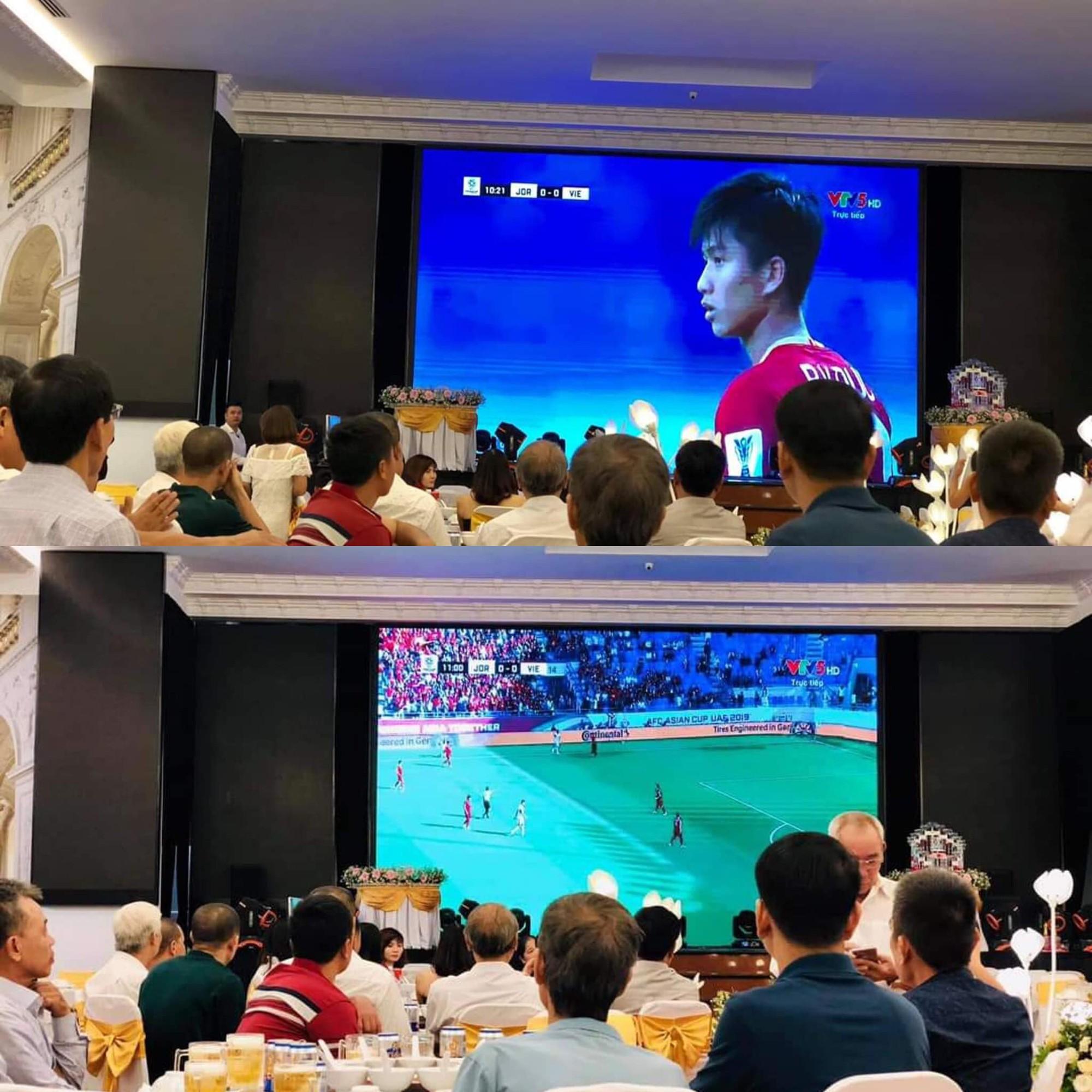 Đám cưới biết thành sân vận động thu nhỏ cổ vũ cho ĐT Việt Nam, quan khách vừa ăn tiệc vừa ăn mừng khi thầy trò HLV Park giành vé vào bán kết - Ảnh 1.