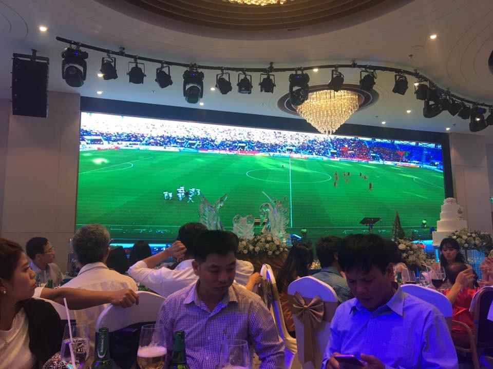 Đám cưới biết thành sân vận động thu nhỏ cổ vũ cho ĐT Việt Nam, quan khách vừa ăn tiệc vừa ăn mừng khi thầy trò HLV Park giành vé vào bán kết - Ảnh 2.