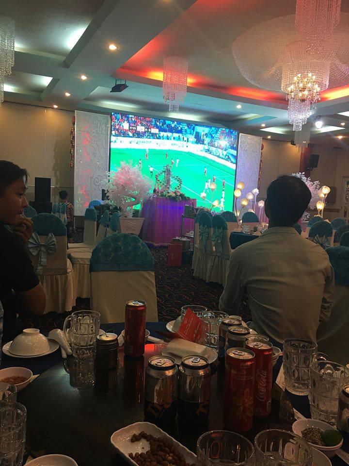 Đám cưới biết thành sân vận động thu nhỏ cổ vũ cho ĐT Việt Nam, quan khách vừa ăn tiệc vừa ăn mừng khi thầy trò HLV Park giành vé vào bán kết - Ảnh 3.