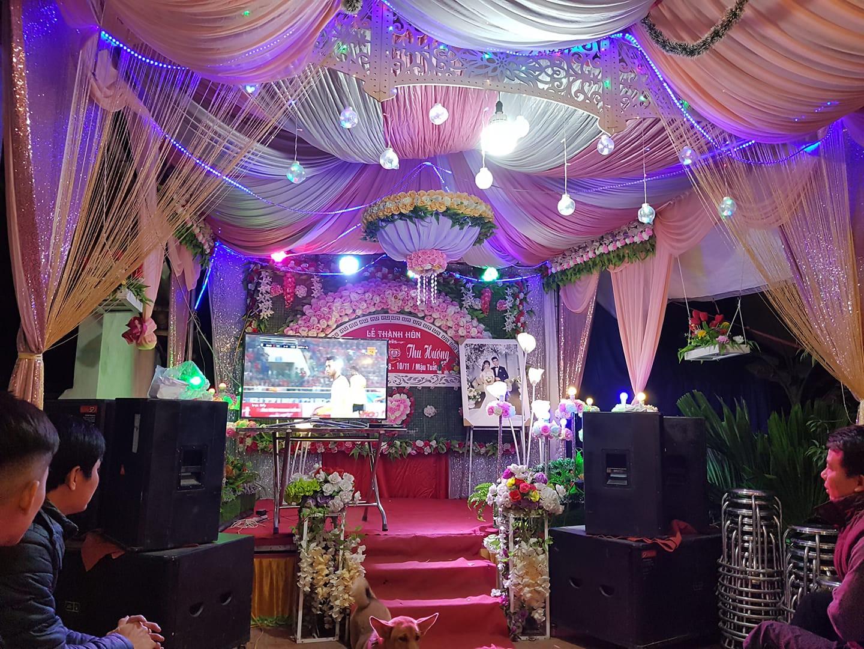Đám cưới biết thành sân vận động thu nhỏ cổ vũ cho ĐT Việt Nam, quan khách vừa ăn tiệc vừa ăn mừng khi thầy trò HLV Park giành vé vào bán kết - Ảnh 4.