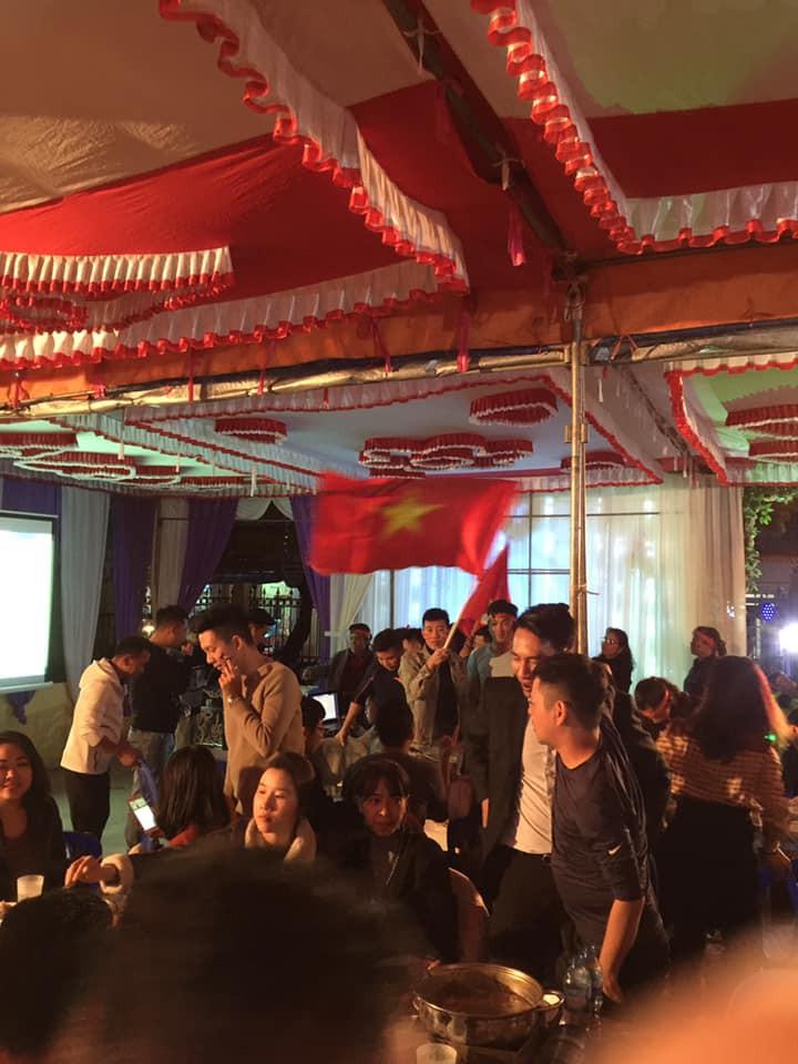 Đám cưới biết thành sân vận động thu nhỏ cổ vũ cho ĐT Việt Nam, quan khách vừa ăn tiệc vừa ăn mừng khi thầy trò HLV Park giành vé vào bán kết - Ảnh 5.