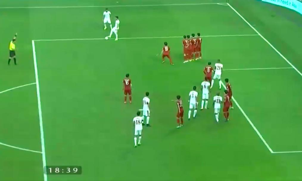 Cầu thủ Jordan chỉ chạm nhẹ vào quả bóng.