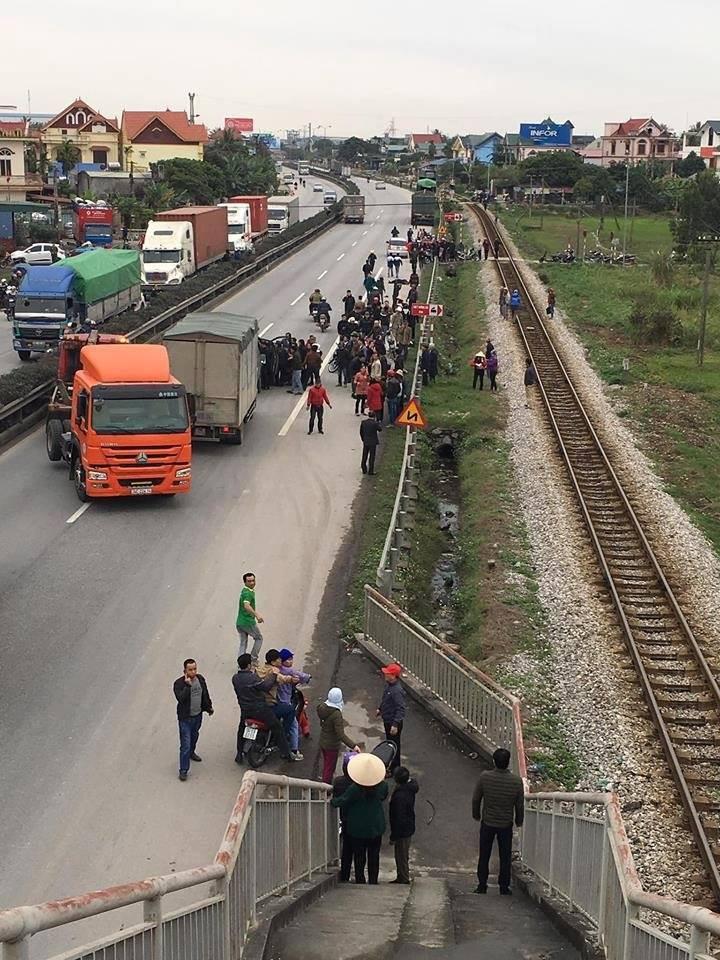 Hải Dương: Xe tải lao vào đoàn đi viếng nghĩa trang liệt sĩ, 9 người chết, 3 người bị thương nằm la liệt trên đường - Ảnh 4.