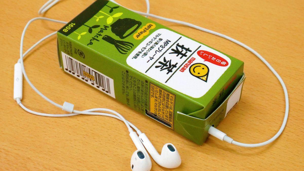 Tưởng đùa mà thật: Lấy ý tưởng từ sự lơ đãng của học sinh, công ty Nhật chế luôn máy nghe nhạc trong vỏ hộp sữa - Ảnh 3.