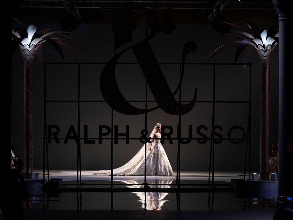 Lộ diện ứng viên váy cưới vạn người mê của năm 2019: đồ Haute Couture xa hoa khó cưỡng, có thể biến mọi cô dâu thành bà hoàng - Ảnh 1.