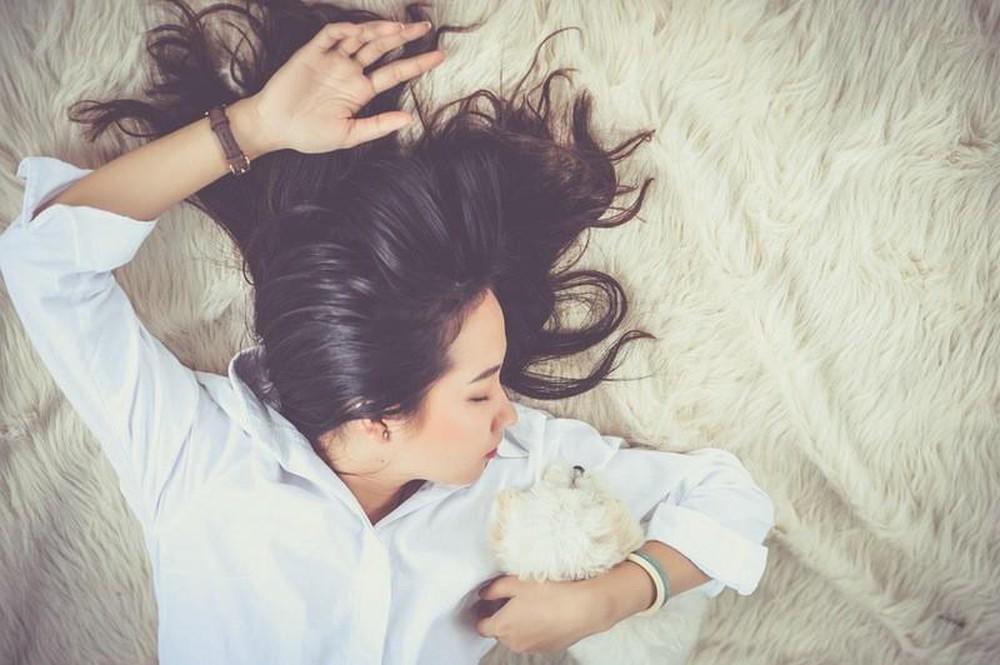 Muốn có mái tóc luôn suôn thẳng, vào nếp buổi sáng thì con gái đừng bỏ qua những mẹo này - Ảnh 2.
