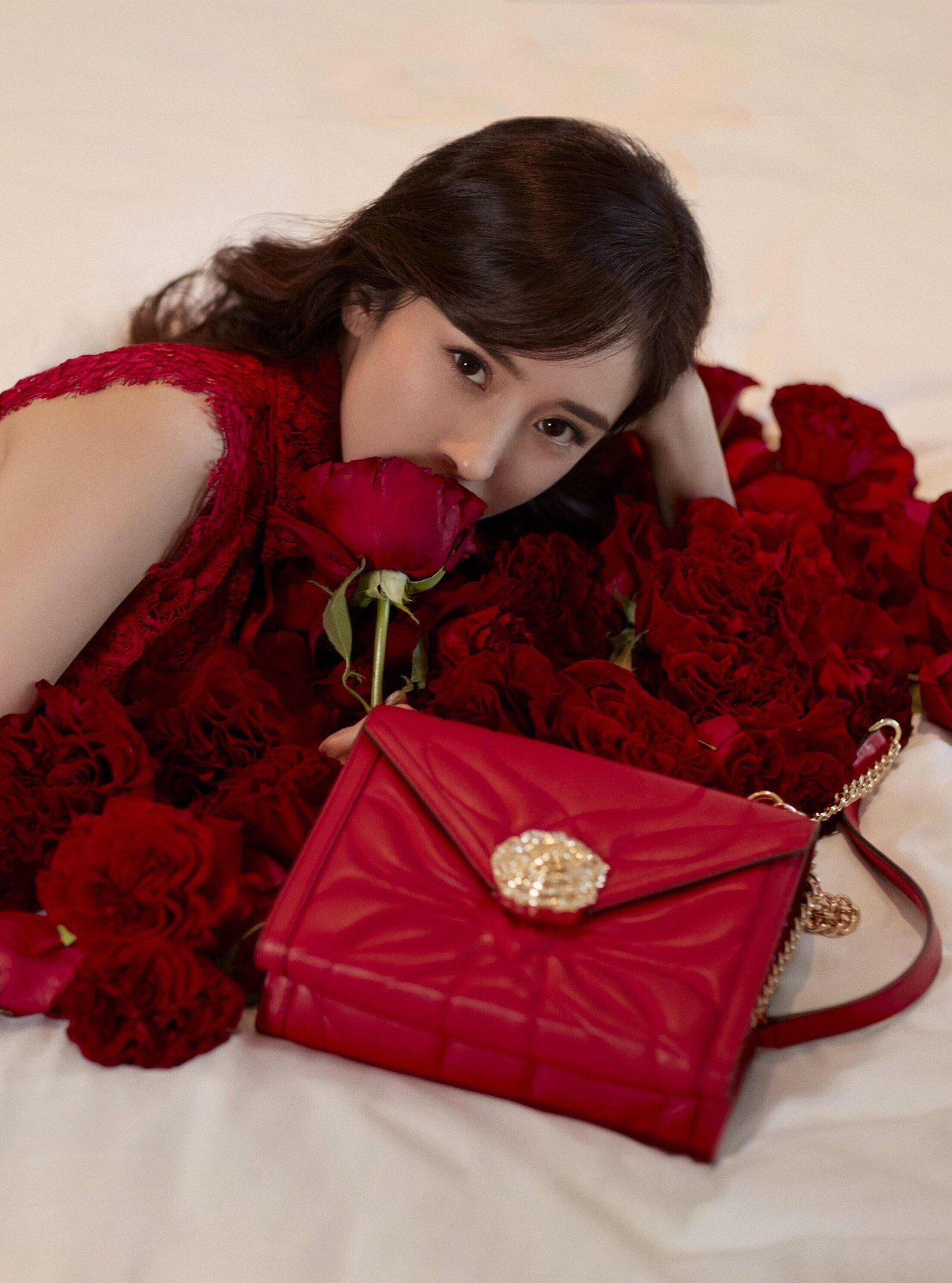 Giành được hợp đồng quảng cáo ngang hàng với Kendall Jenner, Dương Mịch vẫn bị chê thua thiệt về thần thái, chiều cao - Ảnh 4.