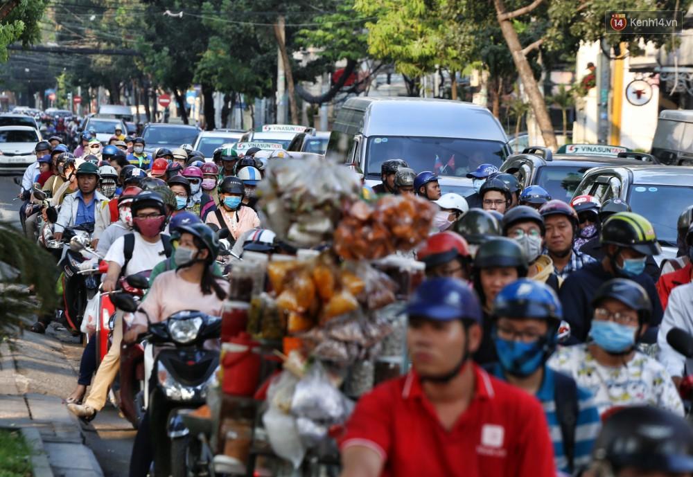 Nỗi ám ảnh của người Sài Gòn những ngày cận Tết: Rừng xe đông nghẹt trên nhiều tuyến đường trung tâm từ trưa đến tối - Ảnh 10.