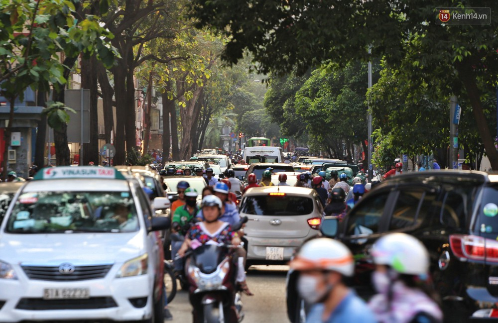 Nỗi ám ảnh của người Sài Gòn những ngày cận Tết: Rừng xe đông nghẹt trên nhiều tuyến đường trung tâm từ trưa đến tối - Ảnh 14.
