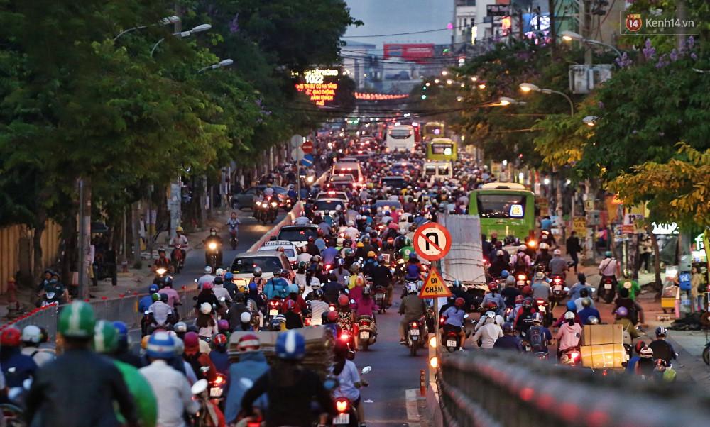 Nỗi ám ảnh của người Sài Gòn những ngày cận Tết: Rừng xe đông nghẹt trên nhiều tuyến đường trung tâm từ trưa đến tối - Ảnh 16.