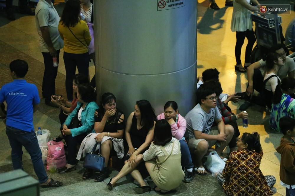 Ảnh: Hàng nghìn người ngồi vật vờ lúc nửa đêm ở sân bay Tân Sơn Nhất đón Việt kiều về quê ăn Tết Kỷ Hợi 2019 - Ảnh 15.