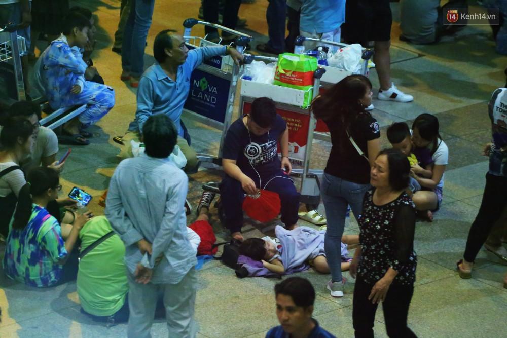 Ảnh: Hàng nghìn người ngồi vật vờ lúc nửa đêm ở sân bay Tân Sơn Nhất đón Việt kiều về quê ăn Tết Kỷ Hợi 2019 - Ảnh 14.