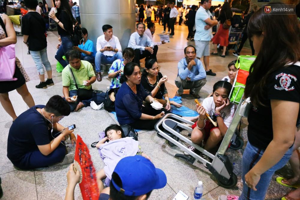 Ảnh: Hàng nghìn người ngồi vật vờ lúc nửa đêm ở sân bay Tân Sơn Nhất đón Việt kiều về quê ăn Tết Kỷ Hợi 2019 - Ảnh 12.