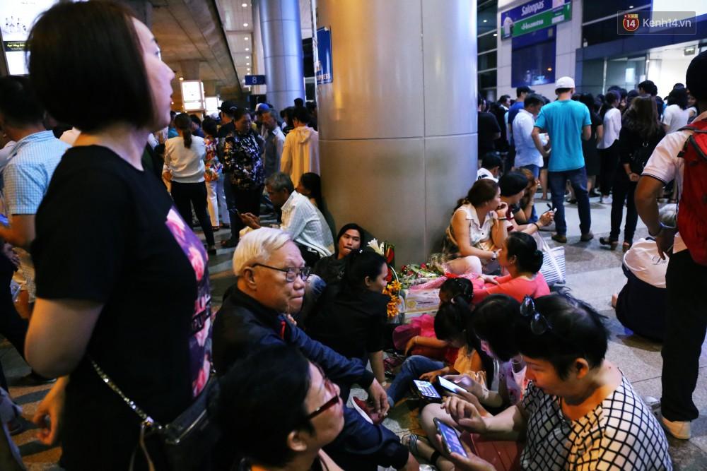 Ảnh: Hàng nghìn người ngồi vật vờ lúc nửa đêm ở sân bay Tân Sơn Nhất đón Việt kiều về quê ăn Tết Kỷ Hợi 2019 - Ảnh 13.
