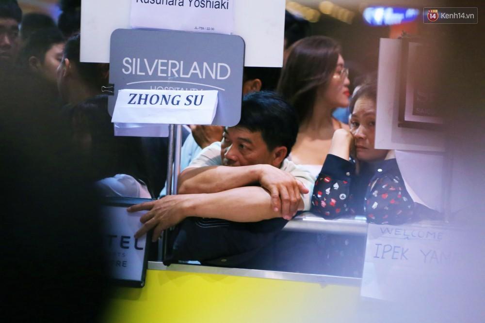 Ảnh: Hàng nghìn người ngồi vật vờ lúc nửa đêm ở sân bay Tân Sơn Nhất đón Việt kiều về quê ăn Tết Kỷ Hợi 2019 - Ảnh 10.
