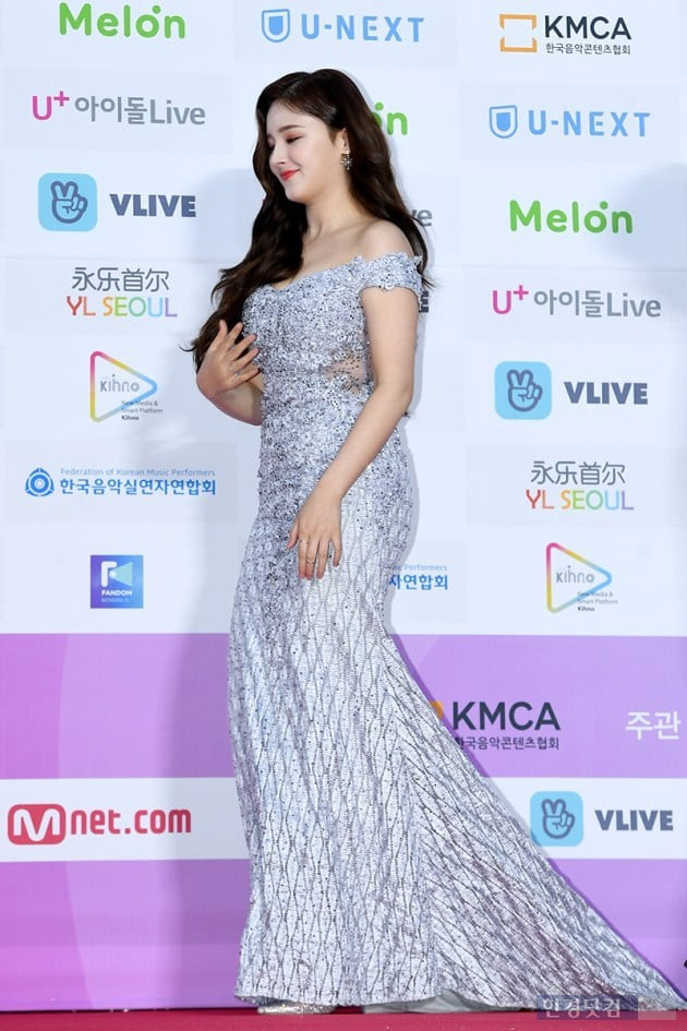 Hơn 80 sao Hàn đổ bộ thảm đỏ Gaon 2019: Tzuyu xuất sắc, nữ thần lai và mỹ nhân TWICE gây chú ý vì vòng 1 đốt mắt - Ảnh 15.