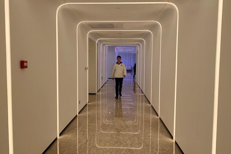 Khám phá khách sạn đậm chất viễn tưởng của Alibaba, nơi robot phục vụ tận răng, điều khiển phòng bằng giọng nói, giá khởi điểm 4,7 triệu/đêm - Ảnh 4.