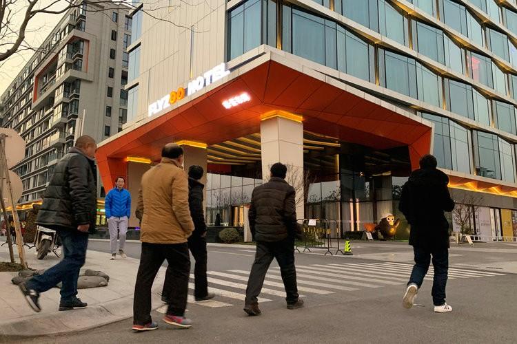 Khám phá khách sạn đậm chất viễn tưởng của Alibaba, nơi robot phục vụ tận răng, điều khiển phòng bằng giọng nói, giá khởi điểm 4,7 triệu/đêm - Ảnh 1.