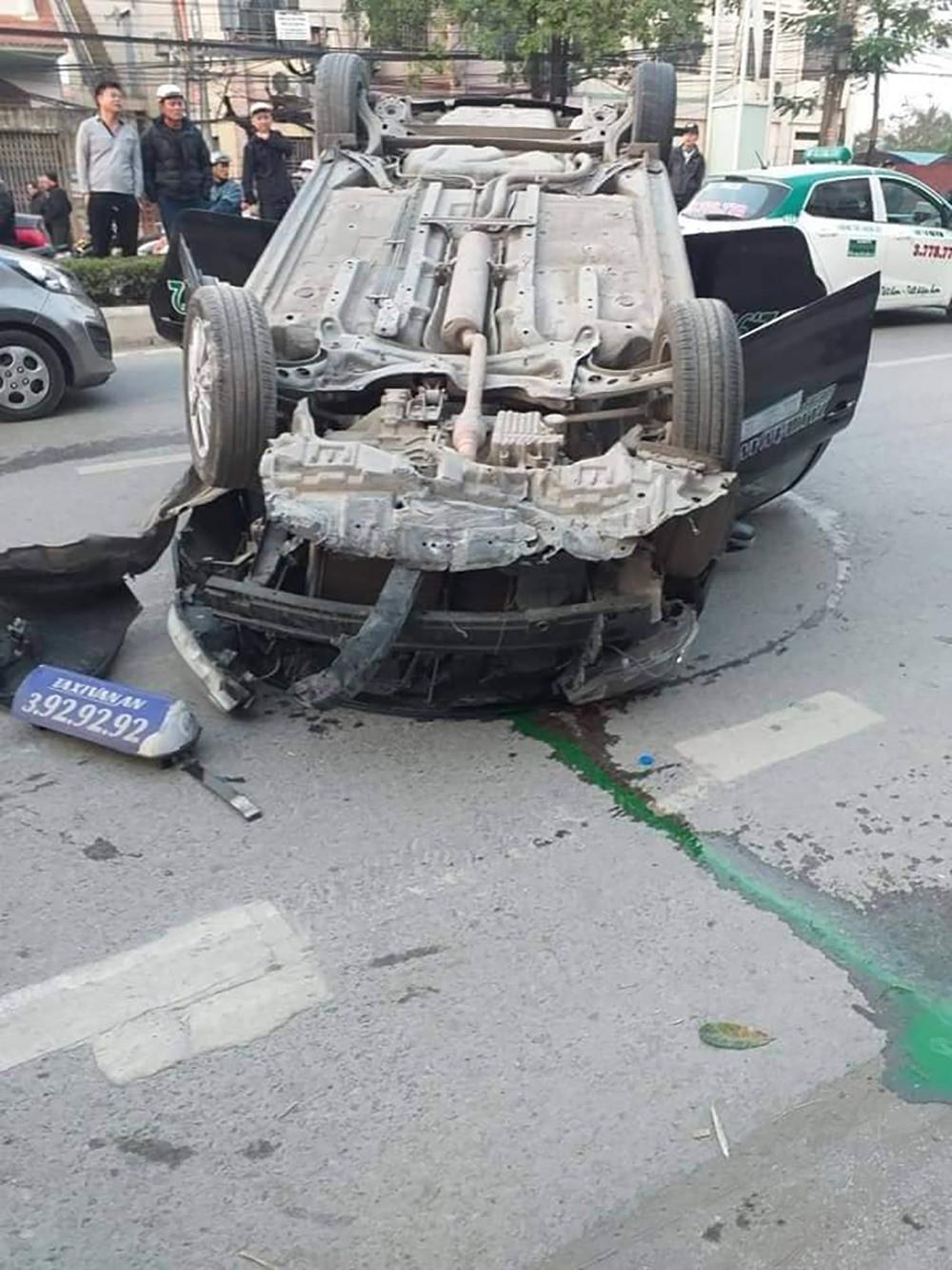 Người dân cạy cửa xe taxi lật ngửa cứu 2 người bị thương - Ảnh 2.