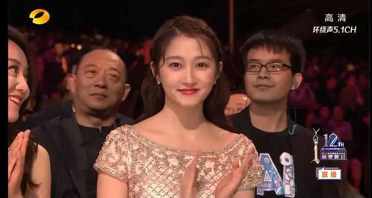 Ảnh chụp vội mà Quan Hiểu Đồng vẫn đẹp bất chấp, hóa ra là nhờ combo makeup + làm tóc này - Ảnh 3.