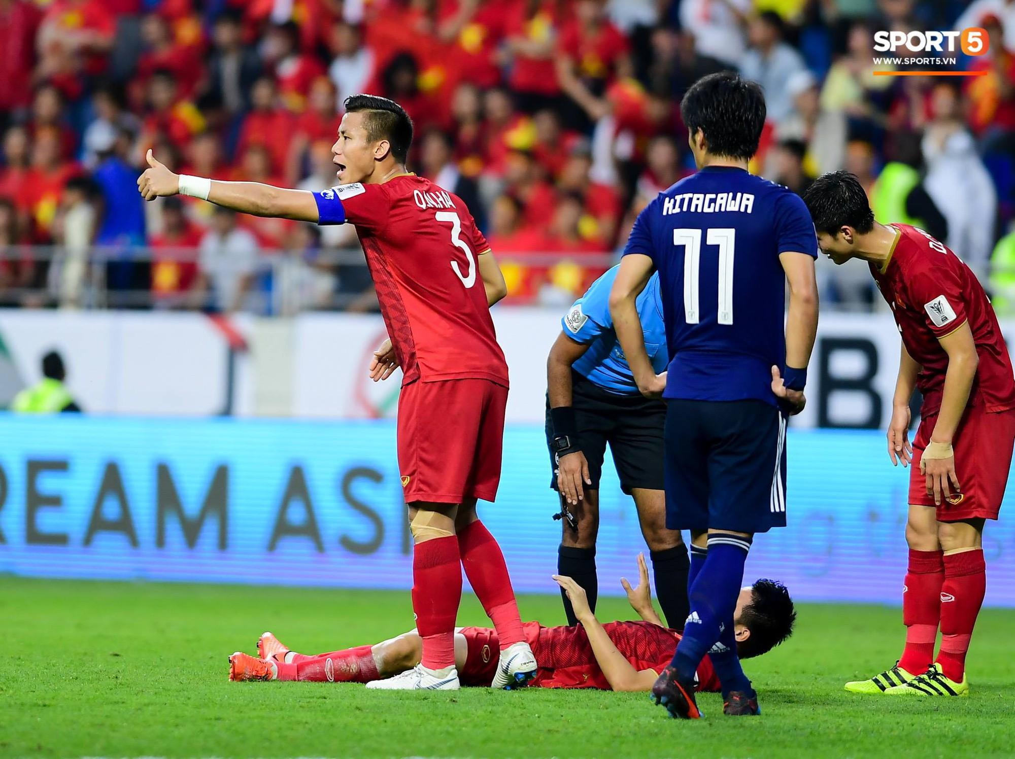 Trong trận đấu, Quế Hải đứng ra bảo vệ các đồng đội khi họ bị chơi xấu hay phạm lỗi. Ảnh: Hiếu Lương.