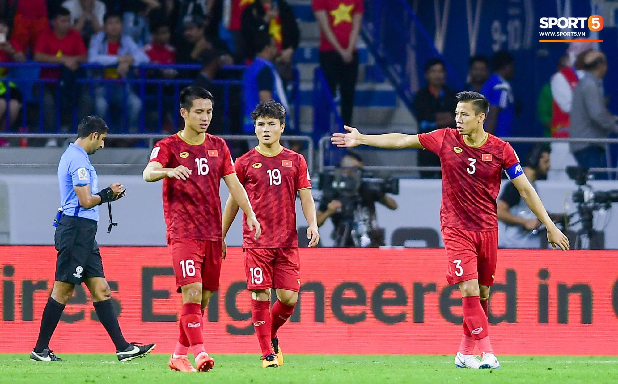 Và thực tế các cầu thủ Việt Nam đã chơi rất hay kể cả khi bị Nhật Bản dẫn bàn. Nếu những Hồng Duy, Công Phượng may mắn hơn chút, có lẽ kỳ tích đã xảy ra. Ảnh: Hiếu Lương.